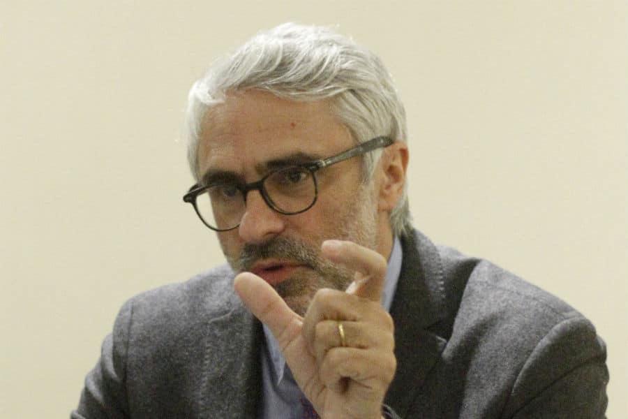 """Director del centro de política y administración de la OCDE por Reforma Tributaria: """"Volver a un sistema más tradicional parece lo correcto"""""""